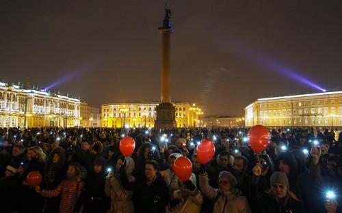 Жители Санкт-Петербурга собрались на Дворцовой площади, чтобы почтить память жертв авиакатастрофы российского авиалайнера в Египте