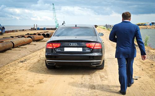 <p>Бизнесмен Дмитрий Михальченко после церемонии завершения строительства причальной стенки порта Бронка.&nbsp;2013 год</p>  <p></p>