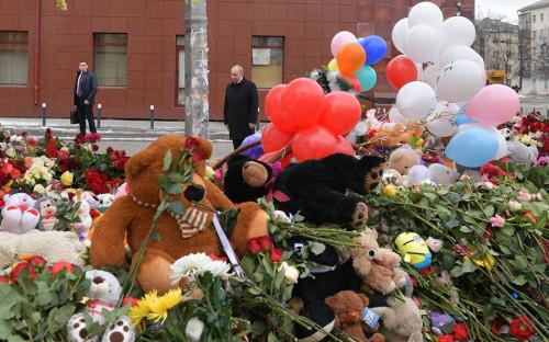 <p>Путин возложил цветы к стихийному мемориалу около&nbsp;сгоревшего&nbsp;торгового центра и выразил соболезнование родственникам&nbsp;погибших</p>