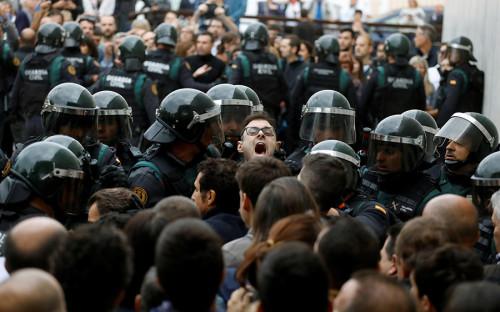 """<p>Столкновения с полицией возле избирательного участка в муниципалитете Сан-Хулия-де-Рамис, где должен был проголосовать глава Каталонии Карлес Пучдемон. Чтобы опустить избирательный бюллетень в урну, ему <a href=""""http://www.rbc.ru/rbcfreenews/59d0a7b69a794755cee98355?from=newsfeed"""">пришлось уехать</a> в другой муниципалитет, Корнелья-де-Терри.<br /> &nbsp;</p>"""
