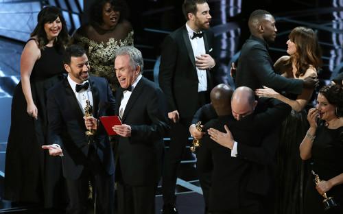 <p>Во время объявления лучшей картины 2017 года организаторы перепутали конверты, в&nbsp;результате&nbsp;чего&nbsp;актер Уоррен Битти, который&nbsp;называл победителя, назвал &laquo;Ла-Ла Ленд&raquo; картиной-победителем. Через несколько минут, когда&nbsp;съемочная группа фильма уже была на&nbsp;сцене и&nbsp;держала в&nbsp;руках статуэтки, выяснилось, что&nbsp;была допущена ошибка, а&nbsp;лучшей картиной академики признали &laquo;Лунный свет&raquo; Барри Дженкинса.</p>  <p></p>