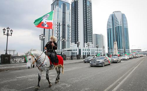 <p>Праздничное шествие на&nbsp;одной из&nbsp;центральных улиц Грозного, посвященное Дню Конституции Чеченской Республики (23 марта 2012 года)</p>