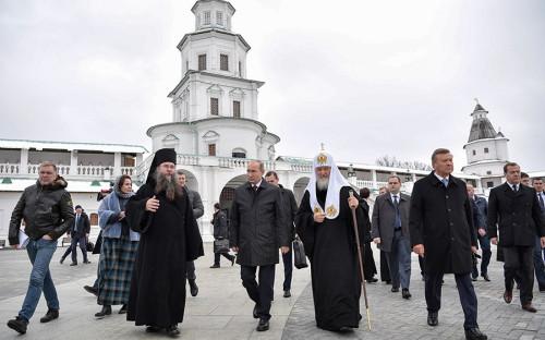 <p>15 ноября президент Владимир Путин, премьер-министр Дмитрий Медведев и другие чиновники, а также патриарх Кирилл посетили Ново-Иерусалимский ставропигиальный мужской монастырь впервые после масштабной реставрации.</p>
