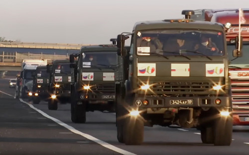 Колонна с военными специалистами Минобороны России и техникой
