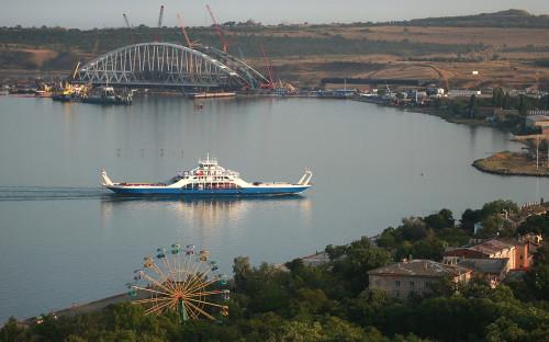 Вид на строящийся Крымский мост с горы Митридат