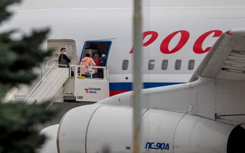 Российские дипломаты садятся на специальный правительственный самолет в аэропорту Вацлава Гавела в Праге