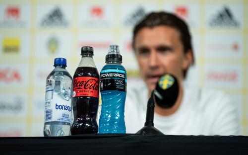 Бутылки спонсоров на пресс-конференции Евро-2020