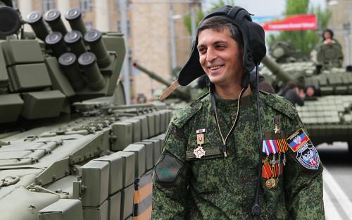 <p>Гиви, Михаил Толстых, родился в&nbsp;1980 году в&nbsp;Иловайске (Донецкая область). Прозвище, по&nbsp;его собственным словам, взял в&nbsp;честь деда.</p>  <p>В конце 1990-х прошел службу в&nbsp;украинской армии, в&nbsp;учебном центре &laquo;Десна&raquo;, где получил специальность &laquo;командир танка&raquo;.</p>