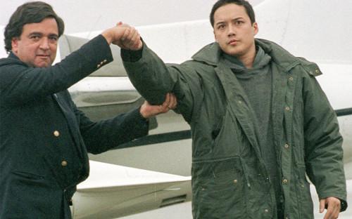 """<p>В августе 1996 года в КНДР арестовали американца Эвана Ханцикера, который, будучи пьяным и голым, на спор переплыл реку на границе Китая и Северной Кореи. Его <a href=""""http://www.nytimes.com/1996/12/19/us/man-once-held-as-a-spy-in-north-korea-is-a-suicide.html"""">арестовали</a> и обвинили в шпионаже, так как его мать и бывшая жена были гражданами Южной Кореи. Ханцикера содержали в отеле под наблюдением, а после переговоров и возмещения затрат на содержание отпустили. Он вернулся в США, где через несколько месяцев <a href=""""https://www.washingtonpost.com/archive/politics/1996/12/19/man-freed-by-n-korea-is-an-apparent-suicide/78b5ec9a-d878-4307-be51-7e14ae983650/?utm_term=.20e9677cf721"""">покончил</a> с собой. В качестве причины суицида назывались алкоголизм и проблемы с наркотиками, а также тот факт, что он не мог вернуться к бывшей жене, так как суд Аляски выдал запретительный арест на его встречи с ней.</p>"""