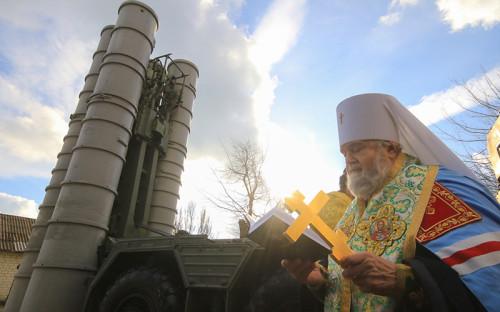 Митрополит Феодосийский иКерченский Платон освятил ЗРК С-400 «Триумф».