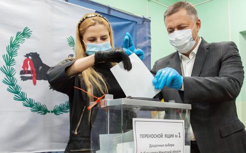 Игорь Кобзев с супругой во время голосования на досрочных выборах губернатора на избирательном участке №604 в школе №76