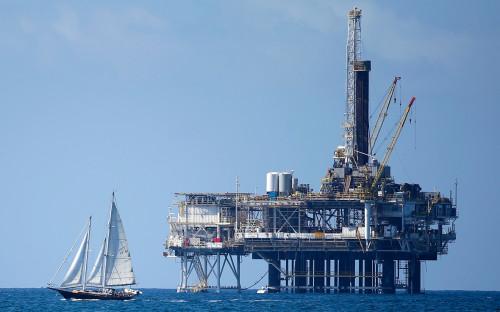 Нефтедобывающая платформа в Хантингтон-Бич, США