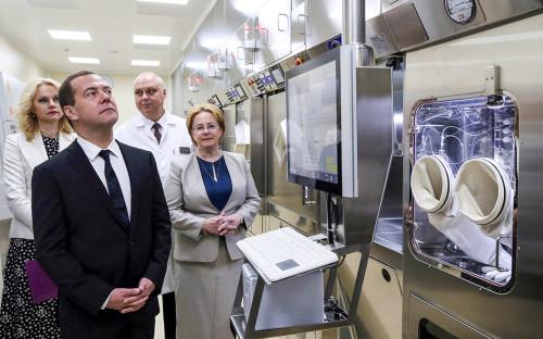 Татьяна Голикова, Дмитрий Медведев и Вероника Скворцова (слева направо на первом плане)во время посещения Онкорадиологического центра
