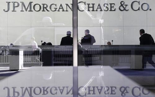 <p><b>Взлом JP Morgan Chase</b><br /> <br /> Федеральное бюро расследований США расследует кражу данных из американского банка JP Morgan Chase. Она произошла в середине августа, сообщило агентство Bloomberg со ссылкой на двух сотрудников, имеющих отношение к следствию.<br /> <br /> По данным агентства, под подозрение попали российские хакеры. Они украли петабайты закрытой информации настолько умело, что эксперты подозревают &mdash; хакеры действуют при поддержке российских властей. ФБР расследует, является ли взлом JP Morgan местью российских властей за санкции США из-за конфликта вокруг Украины.<br /> <br /> В апреле JP Morgan заблокировал перевод из российского посольства в Астане в адрес страховой компании &laquo;Согаз&raquo;, попавшей под санкции США. МИД России в лице официального представителя ведомства Александра Лукашевича назвал действия американцев &laquo;грубейшим нарушением международного права&raquo;, пригрозив ответными мерами.&nbsp;</p>