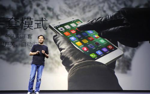 <p><strong>Интерфейс операционной системы Miui</strong></p>  <p>С помощью &laquo;оболочки&raquo; от Xiaomi все желающие могут &laquo;превратить&raquo; свой Android-смартфон в iPhone. Разумеется, на нем не заработают приложения для iOS, однако сама система будет выглядеть практически так же, вплоть до настроек и внешнего вида иконок. &laquo;Удивительно (или нет), новый пользовательский интерфейс Miui очень сильно похож на iOS7&raquo;, &ndash; констатирует сайт Xiaomishop.com, одного из многих перепродавцов товаров Xiaomi.</p>