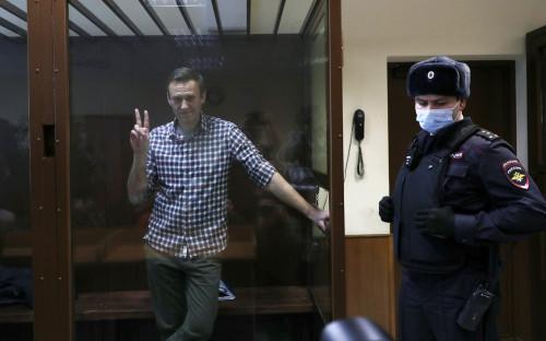 Алексей Навальный (слева)