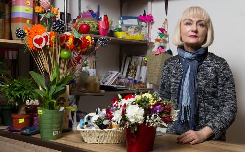 <p><strong>Цветочный магазин &laquo;Мосцветмаркет&raquo;</strong></p>  <p>Наталия Павлова владеет цветочным магазином с&nbsp;осени 2015 года&nbsp;&mdash; как&nbsp;раз вышла на&nbsp;пенсию и&nbsp;решила попробовать себя в&nbsp;новой сфере. &laquo;Бизнес начинали дети, поигрались немного и&nbsp;сбросили на&nbsp;маму&raquo;,&nbsp;&mdash; улыбается&nbsp;она. Арендовать помещение семья решила у знакомых, которые владеют 50&nbsp;кв.&nbsp;м&nbsp;на&nbsp;первом этаже пятиэтажки у метро &laquo;Бульвар Рокоссовского&raquo;. Помещение подходило идеально:&nbsp;проходное место у метро, небольшая площадь, низкая по&nbsp;меркам рынка арендная ставка (8&nbsp;тыс.&nbsp;руб. за&nbsp;1&nbsp;кв.&nbsp;м).</p>