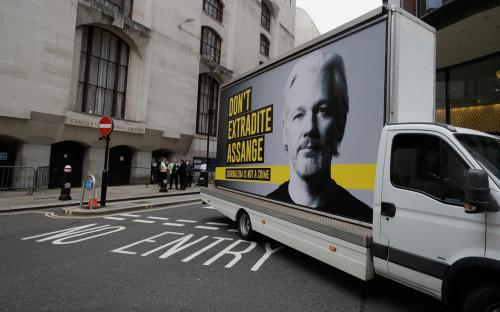 Автомобиль с рекламным щитом в поддержку Джулиана Ассанжа, около Центрального уголовного суда Лондона