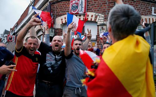 <p>На матче Франция &mdash; Бельгия в Санкт-Петербурге присутствовали более 64 тыс. человек. На фото: болельщики сборной Франции в Ле-Бизет (Бельгия)</p>