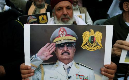 Житель Ливии с фотографией фельдмаршала Хафтара