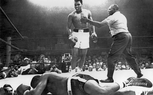 <p>Боксерский поединок между Мохаммедом Али и Сонни Листоном, который закончился нокаутом на первой минуте первого раунда</p>  <p></p>