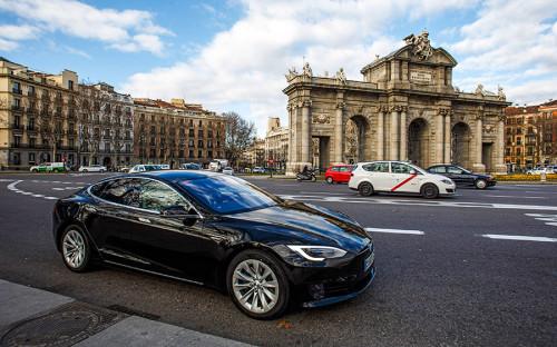"""<p>В 2015 году компания Tesla представила систему автопилота из камеры, радар, GPS-модуля и ультразвуковых датчиков расстояния. С помощью системы машина сможет автономно двигаться по городской дороге с разметкой и на магистрали. В 2016 году систему обновили и продемонстрировали в действии на Model S. В октябре 2016 года глава Tesla Илон Маск <a href=""""https://www.tesla.com/blog/all-tesla-cars-being-produced-now-have-full-self-driving-hardware"""">заявил</a>, что все производимые автомобили Tesla будут оснащены технологией автономного вождения.</p>"""