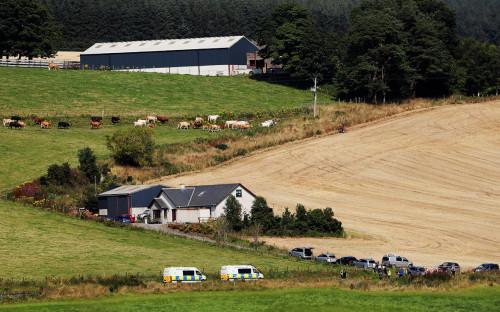<p>Спасатели на&nbsp;месте сошедшего с рельсов пассажирского поезда возле Стонхейвена в Шотландии</p>