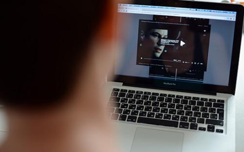 <p>Пользователь смотрит фильм онлайн</p>  <p></p>