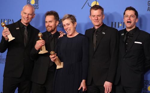 <p>Режиссер Мартин Макдонах&nbsp;и актеры фильма &laquo;Три билборда на границе Эббинга, Миссури&raquo;, получившего приз как лучший фильм-драма</p>  <p></p>