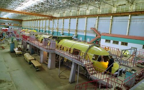 <p>Сборка корпуса серийного самолета Ан-140 в&nbsp;сборочном цеху завода &laquo;Авиакор&raquo;</p>  <p></p>