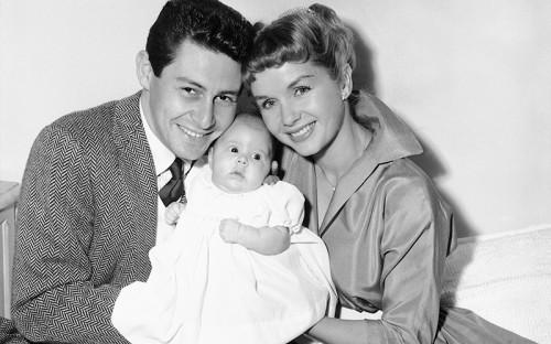 <p>Актриса Кэрри Фишер родилась в&nbsp;семье певца Эдди Фишера и&nbsp;актрисы Дебби Рейнольдс 21 октября 1956 года</p>