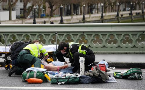Спасатели оказывают помощь пострадавшему наВестминстерском мосту недалекоотбританского парламента