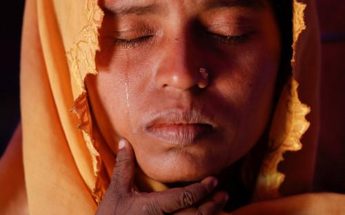 <p>Трехмиллионный штат Ракхайн в Мьянме населяют коренные араканцы (канран), исповедующие буддизм, и народность рохинджа, исповедующая ислам, &mdash; их меньшинство, около 1 млн человек. Считается, что рохинджа &mdash; это выходцы из Бенгалии, переселенные в Ракхайн британскими колониальными властями, а также бежавшие из Бангладеш во время войны за независимость от Пакистана. На протяжении более 70 лет между этими группами тянется конфликт, за которым пристально следит ООН и международные правозащитные организации.</p>  <p>В 2011 году в Мьянме начался переход власти от военных к гражданским властям, и застарелый конфликт обострился. В августе 2017 года произошла эскалация &mdash; группировка &laquo;Араканская&nbsp;армия&nbsp;спасения рохинджа&raquo; напала на объекты мьянманской армии и полицейские блок-посты. Мьянма ответила гонениями на рохинджа.</p>  <p></p>