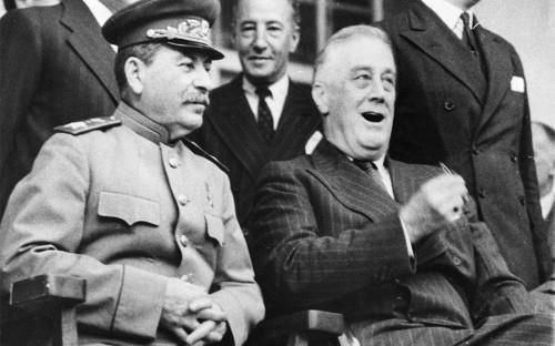 <p>28 ноября 1943 года в Тегеране впервые встретились лидеры главных участников антигитлеровской коалиции, в том числе председатель Совета народных комиссаров СССР Иосиф Сталин и президент США Франклин Делано Рузвельт (на фото справа). Главным на Тегеранской конференции стало решение о сроках и месте открытия второго фронта в Западной Европе.</p>