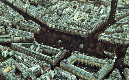 """<span style=""""line-height: 25.6000003814697px;"""">Сотни тысяч людей собираются на Площади Республики для участия в марше солидарности на улицах Парижа</span>"""