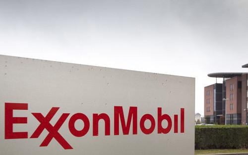 """<p><span style=""""font-size:16px;""""><strong>ExxonMobil (США) </strong></span></p>  <p><em>Капитализация на&nbsp;19 июня 2014 года: $440,7 млрд</em></p>  <p><em>Капитализация на&nbsp;15 января 2016 года: $329,4 млрд (-25%) </em></p>  <p>По итогам первых трех кварталов (январь&mdash;сентябрь) 2015 года ExxonMobil получила $13,4 млрд чистой прибыли &mdash;&nbsp;на 48% меньше, чем за тот же период 2014 года (то есть&nbsp;до&nbsp;начала острой фазы нефтяного кризиса). Выручка компании упала с&nbsp;$324,7 млрд до&nbsp;$209,1 млрд (-36%).</p>  <p>Еще в августе 2014 года, когда нефтяные цены еще не&nbsp;пробили отметку $100 за&nbsp;баррель, консалтинговая фирма Carbon Tracker <a href=""""http://www.carbontracker.org/wp-content/uploads/2014/09/Oil-majors-Factsheet-Exxon.pdf"""">подсчитала</a>, что&nbsp;из потенциальных проектов ExxonMobil&nbsp; при цене&nbsp;$75 за баррель окупается только половина, еще треть &mdash;&nbsp;при цене не ниже $95 за баррель.</p>  <p>Компания сокращает инвестиции &mdash;&nbsp;ее капитальные расходы и затраты на геологоразведку в январе&mdash;сентябре 2015 года снизились на 16%, или на $23,6 млрд. &laquo;Мы неустанно держим в&nbsp;поле зрения базовые вопросы ведения бизнеса: в&nbsp;первую очередь&nbsp;управление расходами, вне&nbsp;зависимости от&nbsp;цен на&nbsp;сырье&raquo;,&nbsp;&mdash; объяснял секвестр глава концерна Рекс Тиллерсон.</p>  <p>Теперь большую часть прибыли ExxonMobil приносит переработка нефти: если&nbsp;в&nbsp;третьем квартале 2014 года ее доля в общей прибыли компании составляла 13%, то&nbsp;на&nbsp;тот&nbsp;же&nbsp;период прошлого года&nbsp;&mdash;&nbsp;уже 48%. Доля глубокой переработки сырья за то же время выросла с 15% до 29%</p>"""