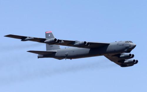 Стратегический бомбардировщик B-52 в полете
