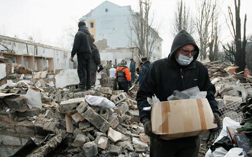<p>Несмотря на&nbsp;переговоры &laquo;минской группы&raquo;, бои в&nbsp;Донецке и&nbsp;Авдеевке продолжались.</p>  <p>На фото:<em> </em> здание общежития, разрушенное в&nbsp;результате&nbsp;артиллерийского обстрела в&nbsp;Донецке. 3 февраля</p>
