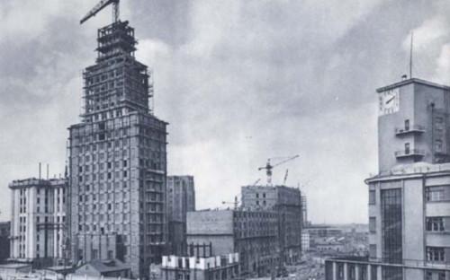 <p><strong>Высота: </strong> 138 м</p>  <p><strong>Архитекторы: </strong> Алексей Душкин, Борис Мезенцев</p>  <p>Строительство 24-этажки на площади Красные Ворота завершилось в 1952 году, здание расположено в самой высокой точке Садового кольца. За проект отвечал архитектор Алексей Душкин, спроектировавший также здание &laquo;Детского мира&raquo; на Лубянке, станции метро &laquo;Кропоткинская&raquo;, &laquo;Маяковская&raquo;, &laquo;Площадь Революции&raquo;, &laquo;Новослободская&raquo;. В советское время в здании располагалось Министерство транспортного машиностроения, сейчас в нем находятся Московская межбанковская валютная биржа, корпорация &laquo;Трансстрой&raquo; и Российский профсоюз железнодорожных и транспортных строителей. Это единственная высотка, совмещенная со станцией метро, что, учитывая неустойчивость московского грунта, потребовало от создателей уникальных инженерных решений. Дом и метро строили одновременно. Поскольку часть высотки нависала над котлованом для метро, ее строили под наклоном, а грунт замораживали на глубину 27 метров. Когда работы были окончены, почва оттаяла и высотка встала в вертикальное положение.</p>
