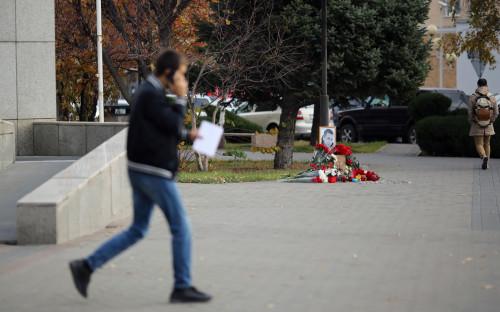 Памятник возле места убийства Романа Грибнюка в Волгограде, избитого до смерти после ссоры в родительском разговоре