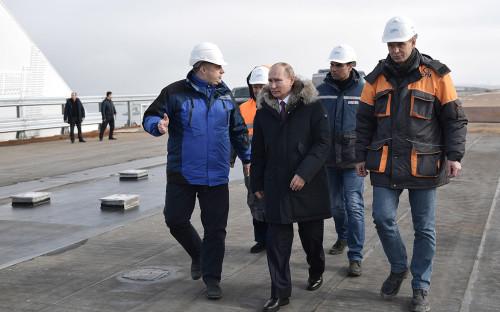 Владимир Путин во время осмотра готового участка автодорожной части Крымского моста