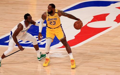 Лидер «Лос-Анджелес Лейкерс» Леброн Джеймс (№23) против баскетболиста «Лос-Анджелес Клипперс» Реджи Джексона