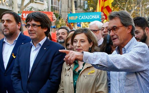 В шествии принимали участие в том числе глава женералитата Карлес Пучдемон, члены каталонского правительства, мэр Баселоны Ада Колау и члены городской администрации.
