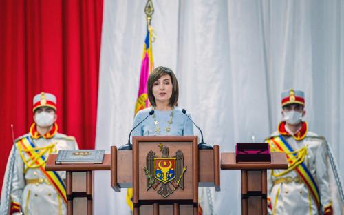 Майя Санду выступает на церемонии инаугурации во Дворце Республики