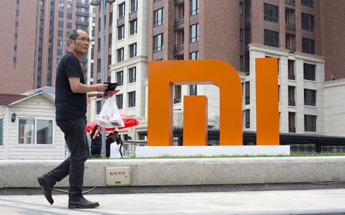 """<p><span style=""""font-size: 16px;""""><strong>MIUI</strong></span></p>  <p></p>  <p>В Китае запрещены сервисы Google &ndash; поиск в интернете, электронная почта, спутниковая навигация и другие &ndash; в том числе магазин мобильных приложений Google Play для Android. Сами телефоны с этой операционной системой в Китае продаются, но они работают с другими магазинами приложений &ndash; чаще всего от производителей смартфонов. Некоторые из них разрабатывают свои прошивки Android &ndash; например Xiaomi: эта компания сначала выпустила <a href=""""http://en.miui.com/download.html"""">прошивку MIUI</a>, свою версию Android с интерфейсом системы iOS, и лишь потом собственный телефон с этой системой. MIUI до сих пор может скачать и установить любой владелец Android-смартфона, а на телефонах Xiaomi она установлена по умолчанию. Сервисов Google в ней нет &ndash; чтобы их установить, нужно загружать специальный пакет программ. По оценке Gartner, в&nbsp;третьем квартале 2014 года на Xiaomi пришлось 5% всех продаж смартфонов в мире.</p>"""