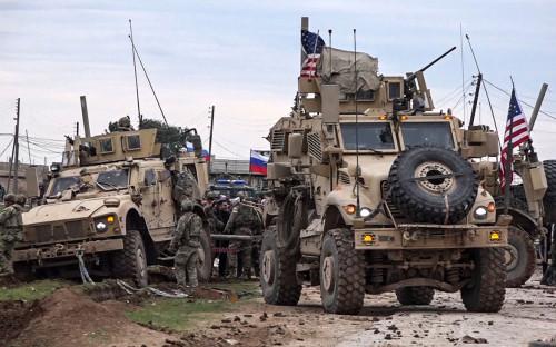 <p>Американский военный конвой, Сирийские и Российские военные в деревне Хирбат-Амо</p>