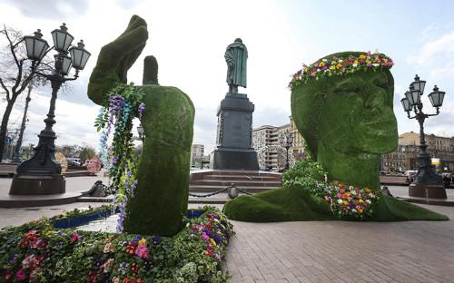 """<p>Композиция &laquo;Юность весны&raquo; на&nbsp;Пушкинской площади стала главным событием фестиваля &laquo;Московская весна&raquo;. Она настолько&nbsp;не&nbsp;понравилась горожанам, что&nbsp;власти &laquo;сослали&raquo; ее из&nbsp;центра Москвы в&nbsp;Тушино. За эту скульптуру из&nbsp;двух объектов&nbsp;&mdash; <span style=""""line-height: 25.6px;"""">голова высотой&nbsp;3,8 м и&nbsp;</span><span style=""""line-height: 1.6;"""">рука с&nbsp;ручьем&nbsp;&mdash;&nbsp;мэрия, по&nbsp;данным закупочной документации, готова была заплатить до&nbsp;<span style=""""color:#A52A2A;""""><strong>2,8 млн&nbsp;руб. </strong></span>Всего город заказал 10 </span>топиарных<span style=""""line-height: 1.6;""""> фигур (каркасных объектов, покрытых растительностью) и&nbsp;собирался потратить на&nbsp;них&nbsp;<span style=""""color:#A52A2A;""""><strong>8,3 млн&nbsp;руб. </strong></span></span></p>"""