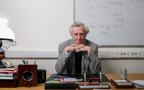 <p><strong>Учитель для искусственного интеллекта </strong></p>  <p>Владимир Хорошевский, 71 год, сервис поиска научных работ Semantic Hub</p>  <p>Владимир Хорошевский &mdash; российский ученый, который большую часть своей жизни посвятил исследованиям и разработкам в области искусственного интеллекта. Он работал экспертом в Минобрнауки, Российском фонде фундаментальных исследований и Российском научном фонде, написал сотни научных статей и преподавал в ведущих вузах мира. А в 2015 году ученый стал стартапером и теперь занимает должность технического директора в компании Semantic Hub.</p>  <p>С будущим CEO компании, Ириной Ефименко, Хорошевский познакомился 15 лет назад, когда та была еще аспиранткой МГУ. Они вместе работали над созданием систем обработки естественного языка в одной из российских компаний, а затем в Центре информационно-аналитических систем НИУ ВШЭ. Три года назад у коллег появилась идея пуститься в &laquo;автономное плавание&raquo; и сформировать свою команду для трансформации опыта разработки наукоемких технологий в бизнес. В это&nbsp;же время они познакомились с третьим основателем, Виталием Недельским, который тоже мечтал создать компанию в сфере высоких технологий. &laquo;Нужен был сплав молодого нахальства и опыта. У нас это есть. Малышня &mdash; студенты &mdash; подтянулись сами&raquo;, &mdash; рассказывает Хорошевский. В команду из 20 человек влились коллеги-единомышленники и студенты, увлеченные проблематикой искусственного интеллекта.</p>  <p>Поначалу команда бралась за все предложения, связанные с анализом перспективных научно-технологических трендов с помощью больших данных. Но уже после выполнения нескольких заказных проектов стало ясно, что приходится работать в совершенно различных предметных областях. &laquo;Вскоре мы поняли &mdash; широкий спектр разных предметных областей при жестких ограничениях на время реализации проектов приведет к тому, что мы будем знать ничего обо всем&raquo;, &mdash; говорит Хорошевский.</p>  <p>Поэтому в кон