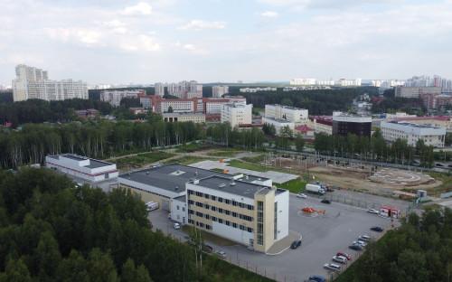 Мобильный госпиталь (здание в левом углу с красно-белым фасадом)