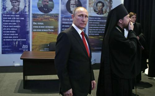 Владимир Путин (в центре) иЕпископ Тихон (Шевкунов) навыставке «Россия — моя история». 2016 год